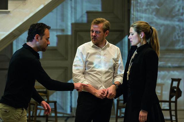 Malin Byström (Donna Anna) et Mariusz Kwiecień (Don Giovanni) avec le metteur en scène Kasper Holten © RHO Bill Cooper