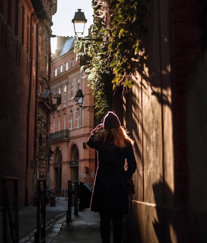 L'être humain au centre de la ville, au centre de la photo.