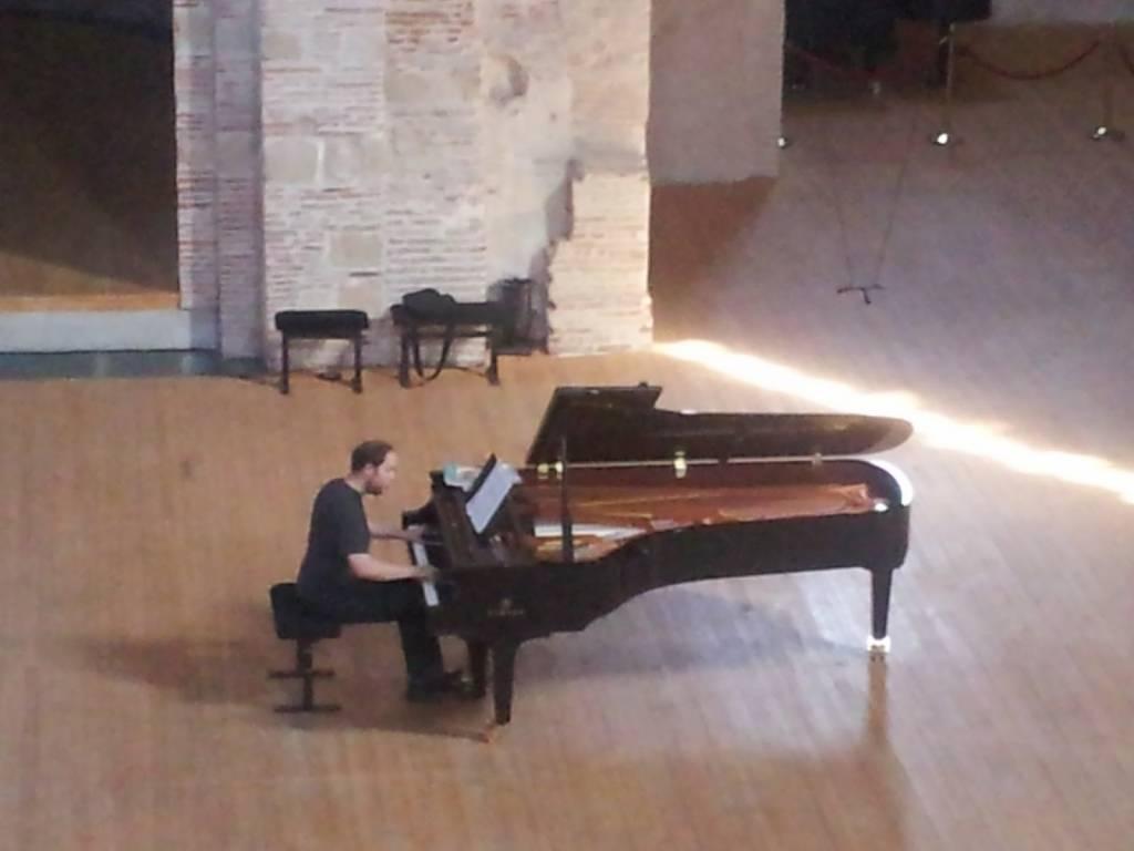 Toulouse, Piano aux Jacobins, Jonas Vitaud répétant salle Saint-Pierre-des-Cuisines © Bruno Serrou