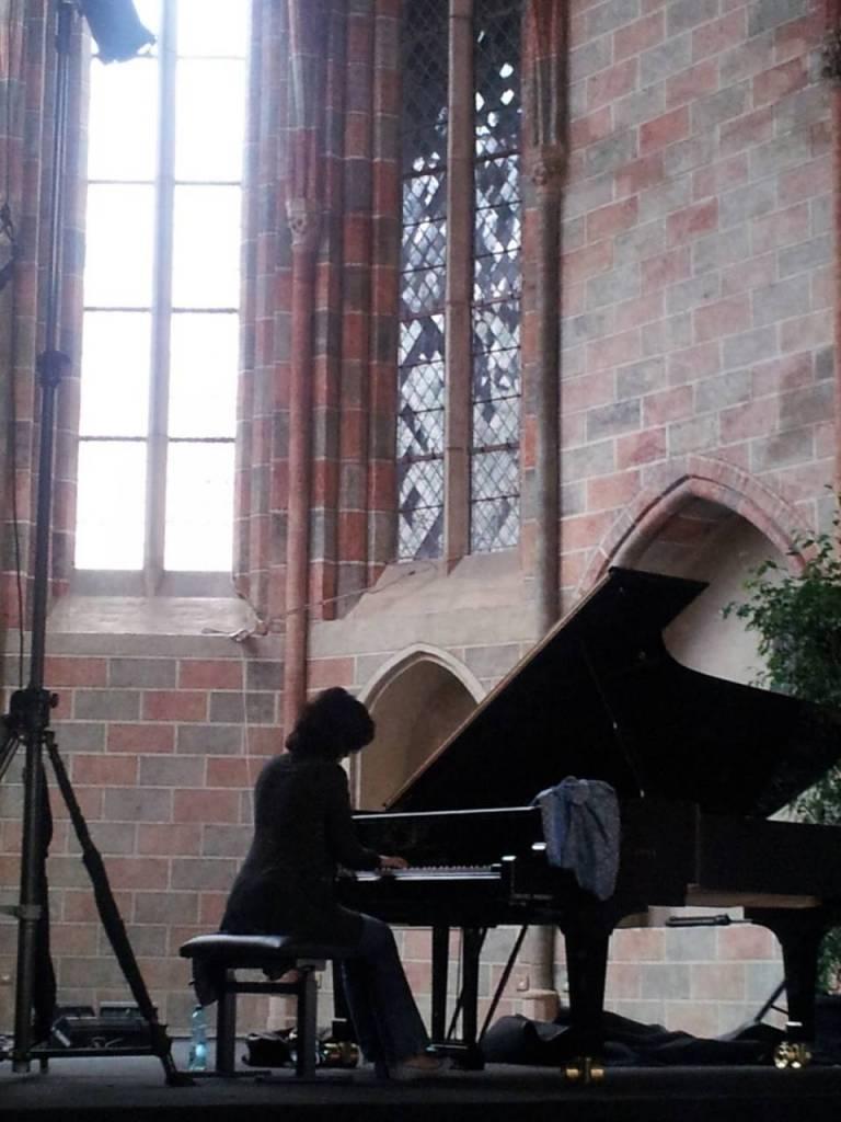 Toulouse, Piano aux Jacobins. Nino Gvetadze répétant dans le cloître des Jacobins © Bruno Serrou