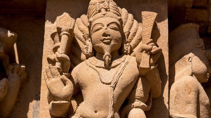 Agni (dieu/déesse du feu), sculpture du temple de Lakshmana, à Kajuraho (Inde)