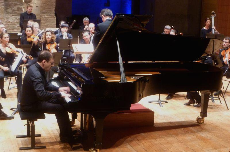 La pianiste Philippe Monferran et l'orchestre L'Enharmonie lors d'un précédent concert - Photo Classictoulouse -