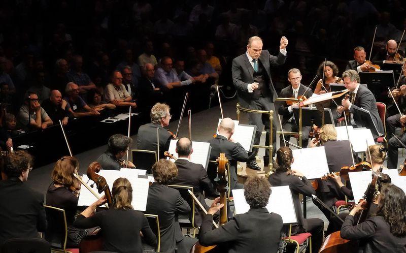 François-Xavier Roth à la tête de son orchestre Les Siècles - Photo Mark Allen -