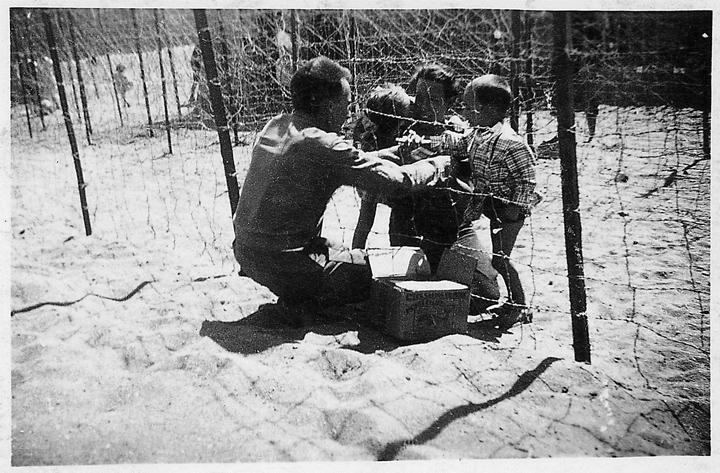 Père et enfants Au Camp d'Argelès Sur Mer