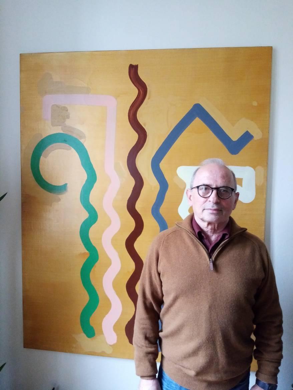 Raymond Azibert devant une toile de Bernard Frize