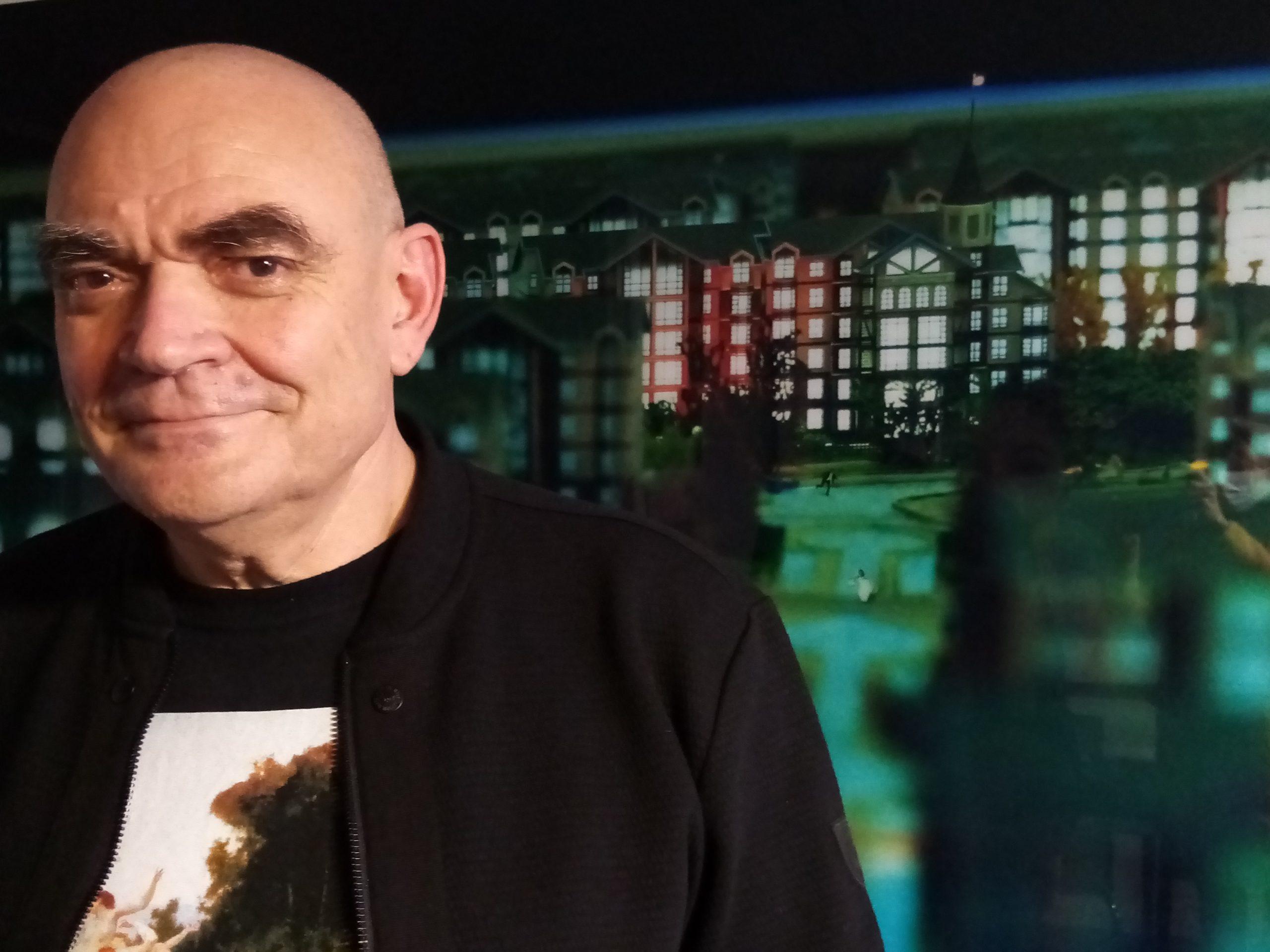 Brice Fauché devant une oeuvre photographique de l'artiste DAN WEN 2007