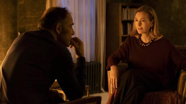 Dayan et Esther, son ancienne contrôleuse, interprétée par Carole Bouquet