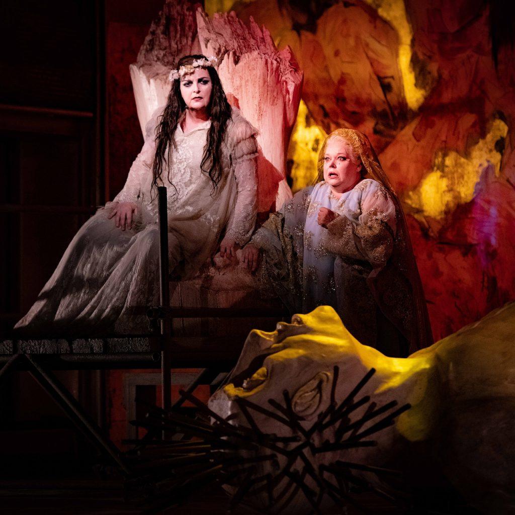 Ricarda Merbeth (Elektra), Johanna Rusanen (Chrysoth'mis) © Mirco Magliocca
