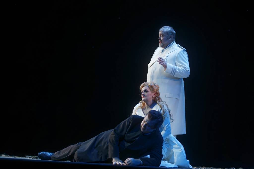 Robert Dean Smith (Tristan), Elisabete Matos (Isolde), Hans-Peter König (LE Roi Marc) © Patrice Nin