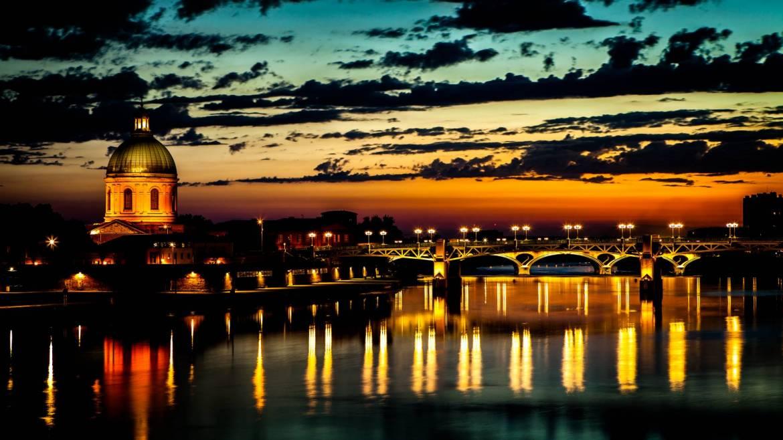 Voguer sur l'eau pour admirer Toulouse.