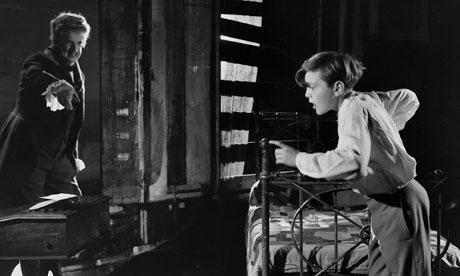 Peter Pears, l'ami  de Benjamin Britten, joue Quint, le valet, en face de David Hemmings dans le rôle de Miles (Corbis)