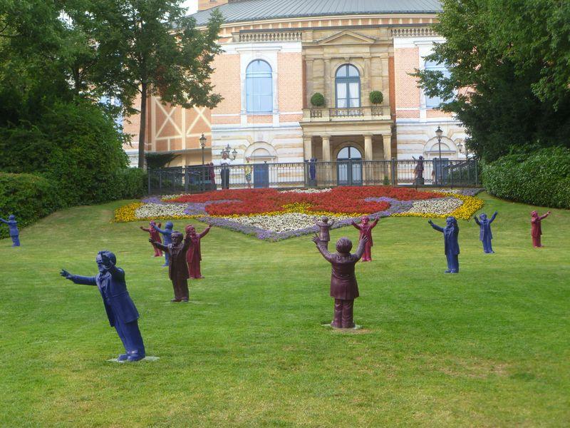 Le Festspielhaus de Bayreuth, décoré de statuette de Wagner lors du festifal 2013 - Photo Classictoulouse -
