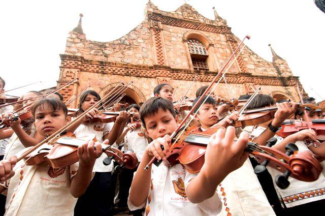 Les jeunes musiciens de l'Orquesta de San José de Chiquitos (Bolivie)