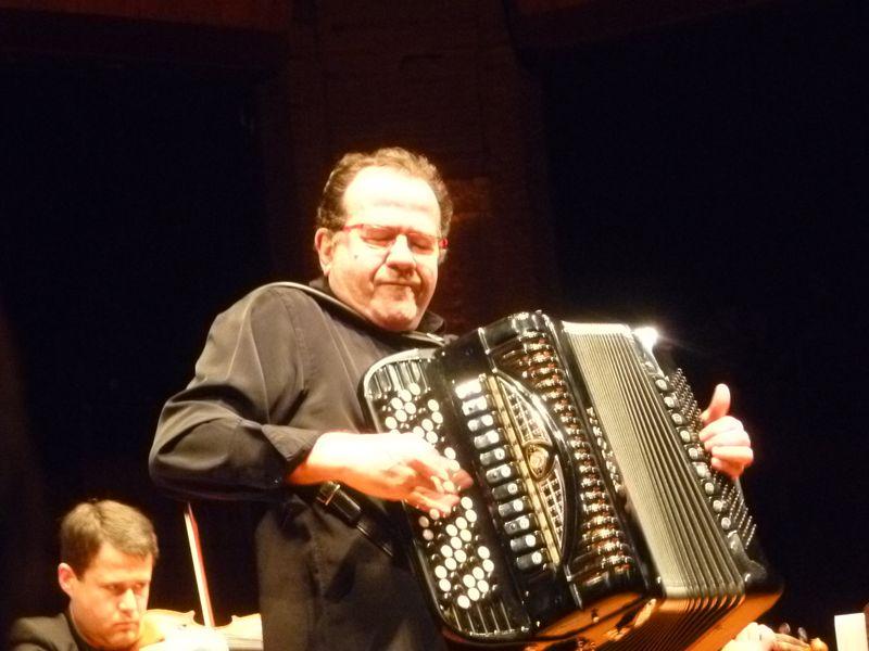 Richard Galliano, lors d'un concert avec l'Orchestre de Chambre de Toulouse en 2011 - Photo Classictoulouse -