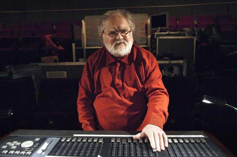 Le compositeur Pierre Henry à son pupitre