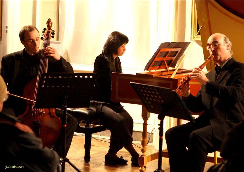L'ensemble Les Passions. Etienne Mangot, violoncelle, Yasuko Uyama-Bouvard, clavecin et Jean-Marc Andrieu, flûte - Photo J. Combalbert -