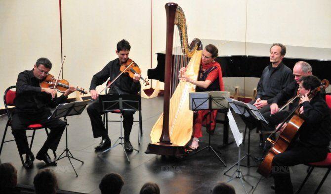 Les musiciens du Quatuor Sine Nomine et la harpiste Parie-Pierre Langlamet
