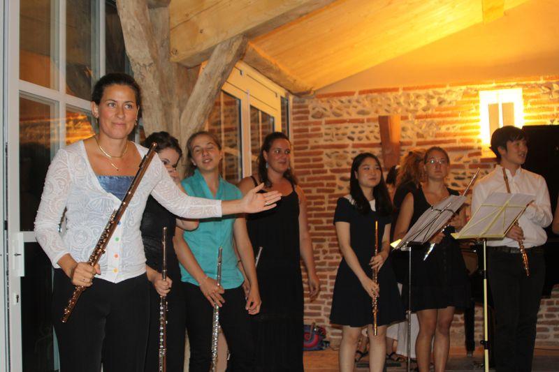 La flûtiste Sandrine Tilly et sa classe de stagiaires