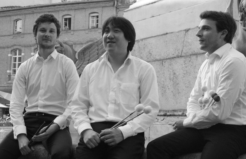 Les trois percussionnistes du Trio Achronik. De gauche à droite : Emilien Prodhomme, Aurélien Hadinyak, Thibault Buchaillet